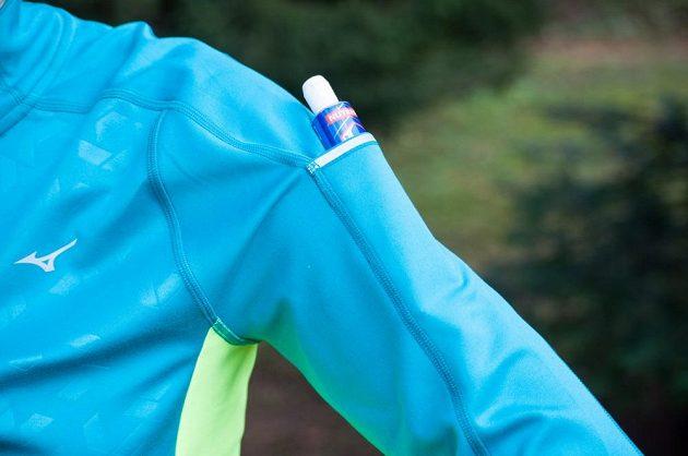 Dámská běžecká mikina Mizuno Vortex Warmalite - detail kapsy na rukávu.