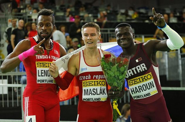 Trojlístek medailistů v běhu na 400 m na halovém mistrovství světa v Portlandu. Uprostřed zlatý Pavel Maslák, vpravo stříbrný Katařan Harún a vlevo bronzový Lendore z Trinidadu a Tobaga.
