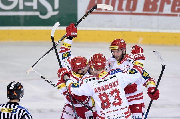 Hokejisté Třince oslavují vedoucí gól proti Spartě ve čtvrtém semifinále. Trefil se Jiří Polanský.