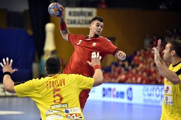 Český házenkář Roman Bečvář (3) střílí v úvodním utkání play off kvalifikace mistrovství světa házenkářů proti Makedonnii ve Zlíně.