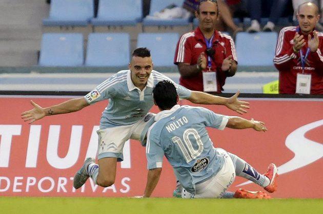 Iago Aspas (vlevo) a Nolito Agudo ze Celty Vigo se radují ze vstřeleného gólu proti Barceloně.