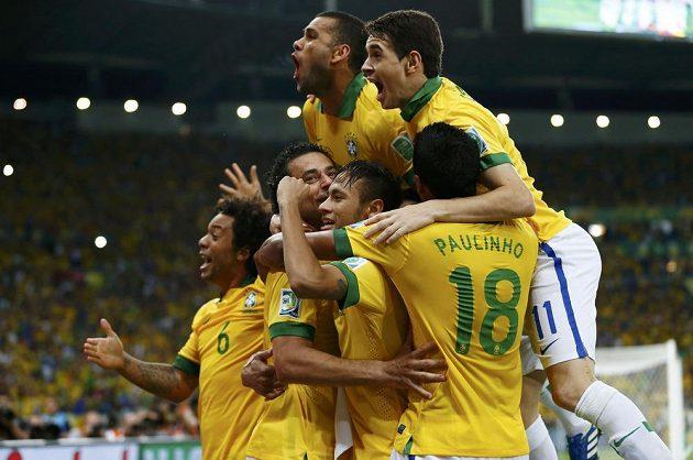 Fotbalisté Brazílie se radují z branky ve finále Poháru FIFA proti Španělsku.