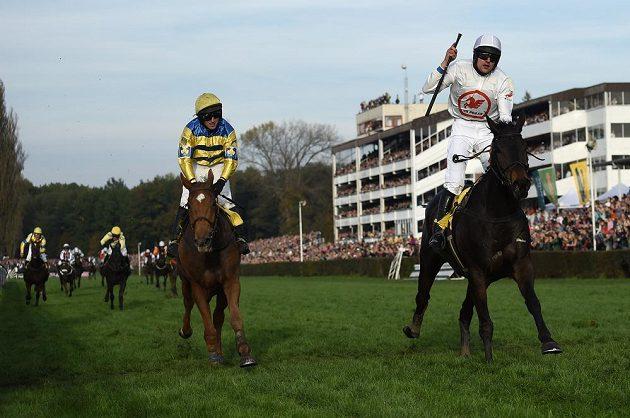 Vítěz 124. Velké pardubické žokej Jan Faltejsek s koněm Orphee Des Blins (vpravo) a druhý Josef Sovka s koněm Al Jaz.