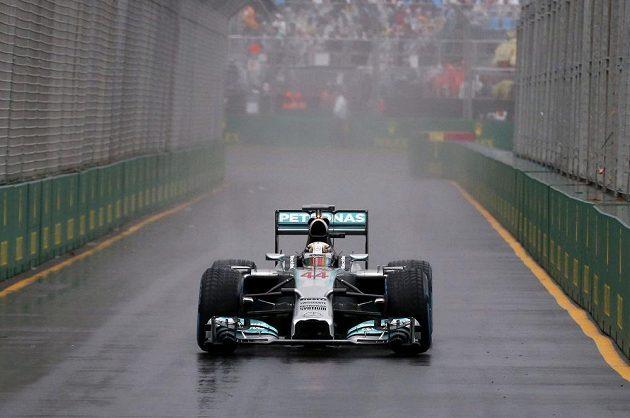 Vítěz deštivé kvalifikace v Melbourne Lewis Hamilton se svým mercedesem.