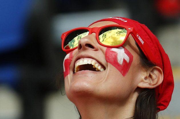 Usměvavá švýcarská fanynka.