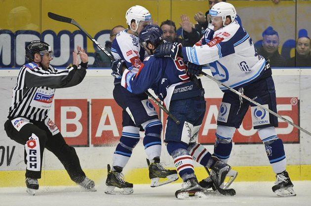 Utkání předkola play off hokejové extraligy mezi HC Škoda Plzeň a HC Vítkovice Ridera bylo vyhrocené, k vidění bylo i několik šarvátek.