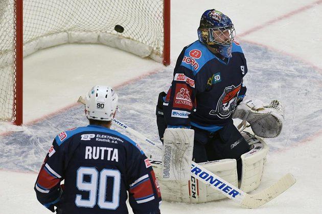 Zleva chomutovští Jan Rutta a brankář Ján Laco, který právě inkasoval třetí gól od Třince.