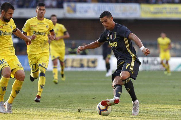 Hvězda Juventusu Cristiano Ronaldo kontroluje míč během úvodního kola italské ligy, kdy Stará dáma hrála s Chievem Verona.
