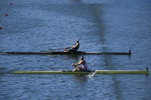 Dramatický závěr finále skifařů. Novozélanďan Mahé Drysdale (vzadu) nakonec o milimetry udolal Chorvata Damira Martina.