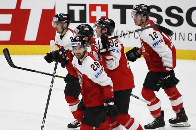 Radost v podání rakouských hokejistů po trefě Michaela Raffla v utkání mistrovství světa.