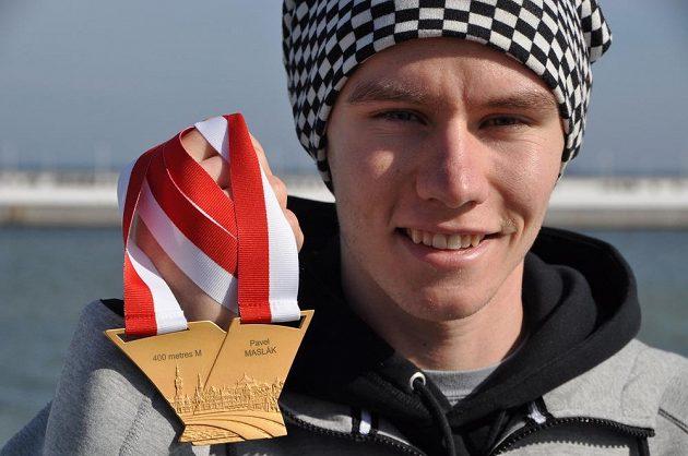 Pavel Maslák pózuje se zlatou medailí, kterou vybojoval v běhu na 400 metrů na halovém mistrovství světa v polských Sopotech.