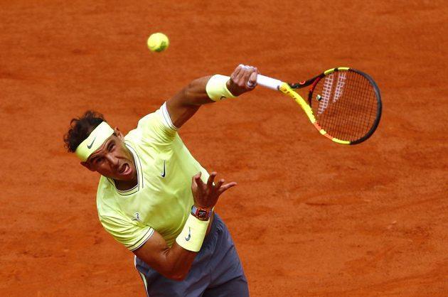 Španělský tenista Rafael Nadal servíruje ve finále French Open proti Dominicu Thiemovi.