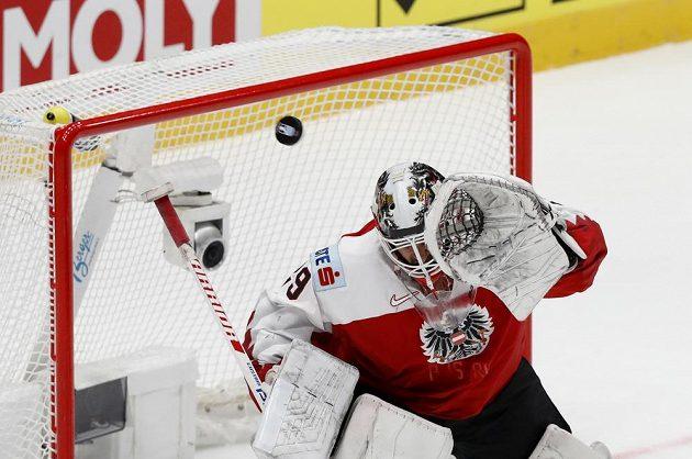 Rakouský gólman Bernhard Starkbaum v akci během hokejového mistrovství světa.