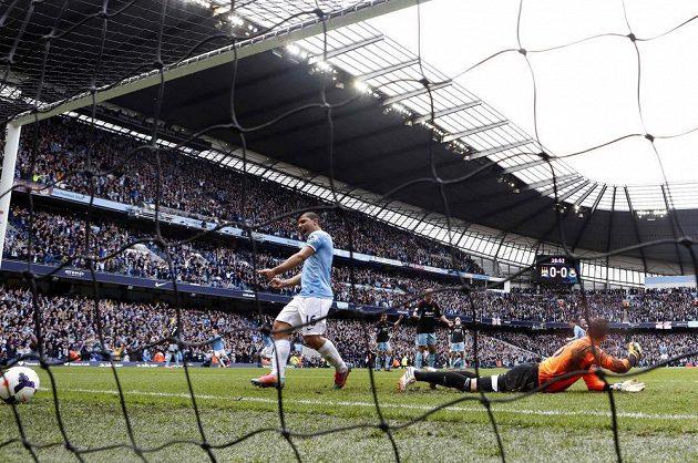 Útočník Manchesteru City Sergio Agüero se raduje z gólu proti West Hamu, který vstřelil Samir Nasri (není na snímku). Vpravo leží zklamaný brankář Adrián.