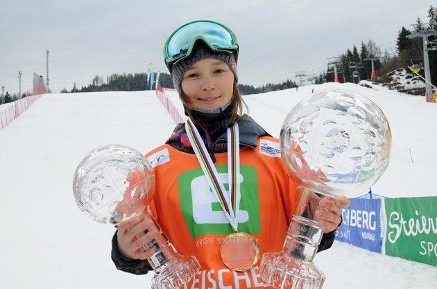 Snowboardistka Šárka Pančochová s velkým a malým glóbusem.