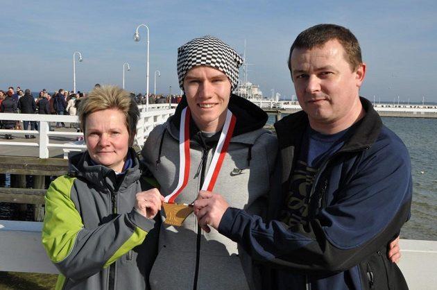 Čtvrtkař Pavel Maslák se svými rodiči Blankou a Jiřím na známém mole v Sopotech.
