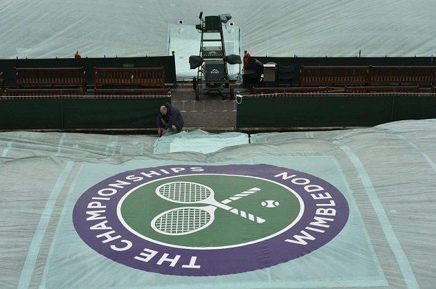 Jakmile přijde ve Wimbledonu déšť, kurty musí rychle pod plachtu.