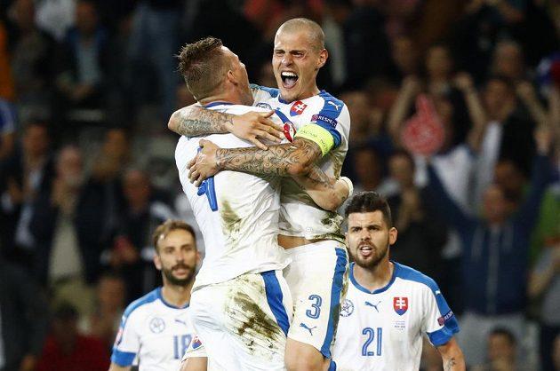 Slovenští obránci Martin Škrtel (vpředu vpravo) a Jan Ďurica se radují z výhry nad Ruskem.