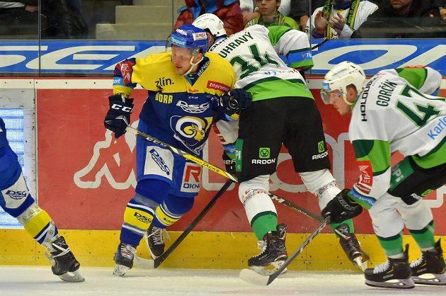 Zlínský hokejista Ralfs Freibergs v souboji s Václavem Skuhravým z Karlových Varů.