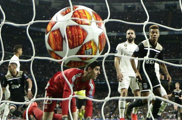 Míč je v síti branky Realu Madrid po střele Davida Nerese z Ajaxu.