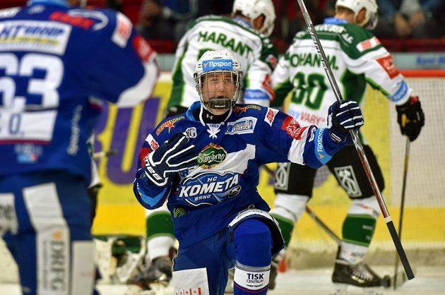 Útočník Martin Nečas se raduje z vedoucího gólu Komety na ledě Karlových Varů.