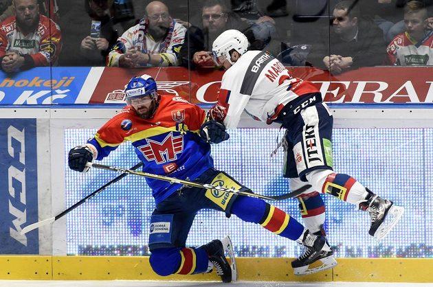 Zleva René Vydarený z Českých Budějovic padá po souboji s Rostislavem Maroszem z Pardubic v utkání hokejové baráže o extraligu.