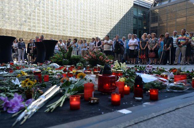 Lidé sledovali přímý přenos z rozloučení na piazzetě Národního divadla.