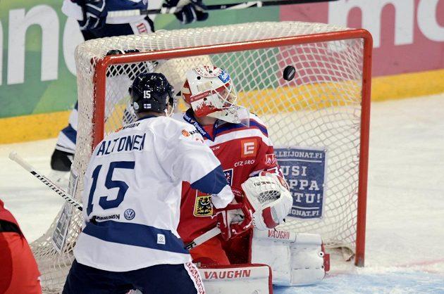 Český gólman Šimon Hrubec při akci finského útočníka Mira Aaltonena, jehož střela skončila na tyči.