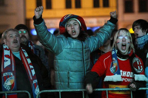 Plzeňané sledovali odvetný souboj osmifinále fotbalové Evropské ligy na velkoplošné obrazovce na náměstí Republiky.