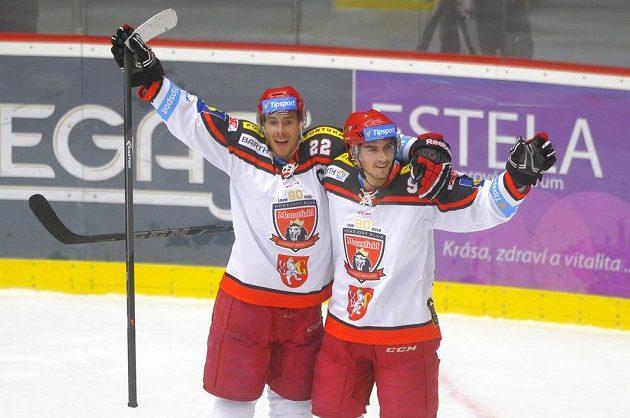 Hradečtí útočníci Jiří Šimánek (vlevo) a Tomáš Knotek se radují z vyrovnávacího gólu proti Vítkovicím.