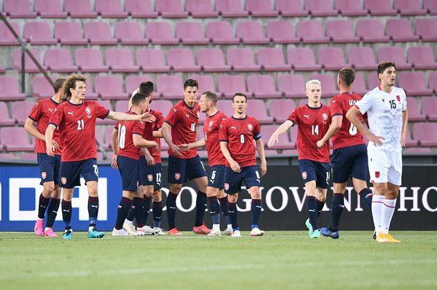 Čeští fotbalisté se radují z úvodního gólu proti Albánii.