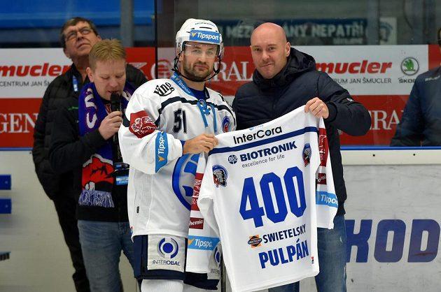 Lukáš Pulpán z Plzně s dresem připomínajícím jeho 400. zápas v extralize. Vpravo je sportovní manažer klubu Tomáš Vlasák.