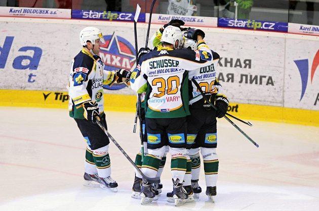 Hokejisté Karlových Varů se radují z gólu proti Chomutovu.