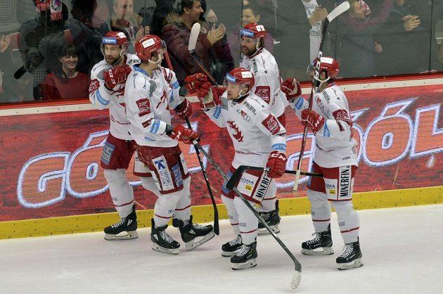 Hokejisté Třince se radují z gólu v semifinále extraligy.