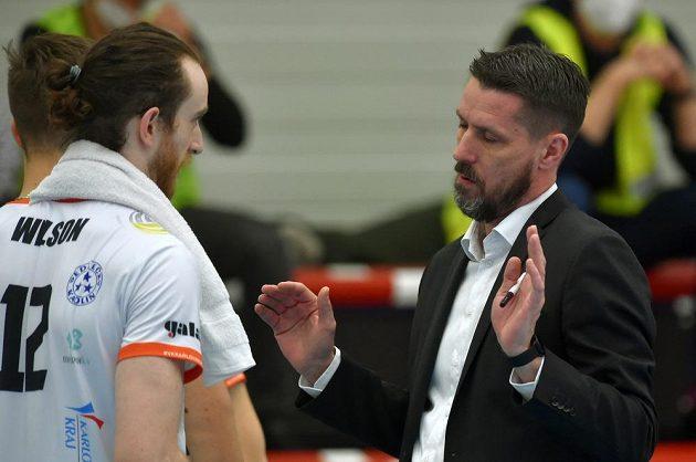 Zleva Marc Wilson z Karlových Varů a trenér Karlových Varů Jiří Novák během finále.