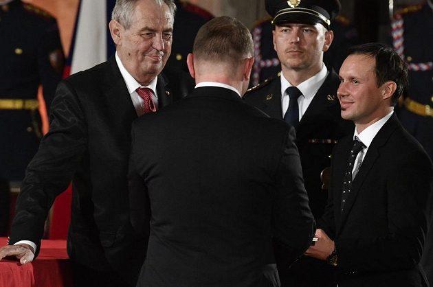 Motocyklový závodník Libor Podmol (vpravo) převzal z rukou prezidenta ČR Miloše Zemana medaili Za zásluhy I. stupně