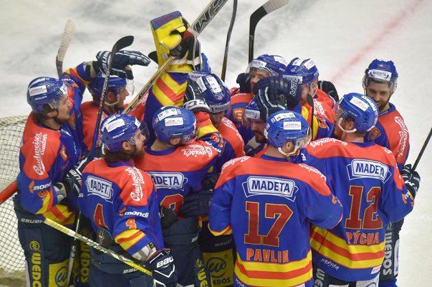 Českobudějovičtí hráči se radují z vítězství na ledě Karlových Varů v utkání 6. kola baráže o hokejovou extraligu.
