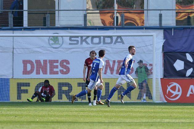 Mladoboleslavský Nikolaj Komličenko (vpravo) se raduje z gólu proti Spartě.