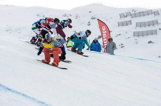 Snowboardkrosařka Eva Samková (ve žlutém).