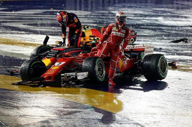 Naštvaní Kimi Räikkönen a Max Verstappen po kolizi na Velké ceně Singapuru.
