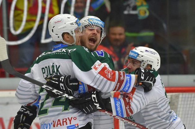 Hokejisté Karlových Varů (zleva) autor branky Vojtěch Polák, Tomáš Rachůnek a Jakub Flek se radují z gólu.