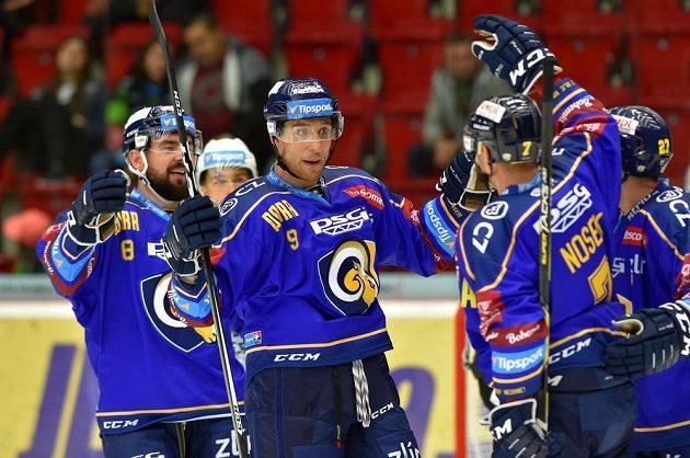 Hráči Zlína se radují z gólu, uprostřed gratuluje střelci Davidu Noskovi Bedřich Köhler.