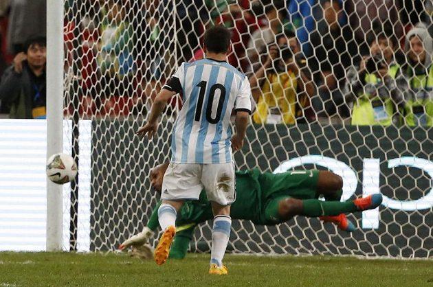 Brazilský brankář Jefferson chytá v přátelském duelu v Pekingu pokutový kop Argentince Lionela Messiho.