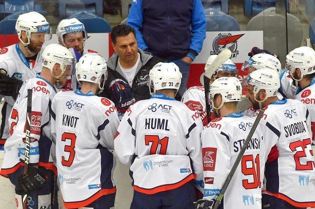 Trenér Chomutova Vladimír Růžička při oddechovém čase minutu před koncem utkání s hokejisty Kladna.