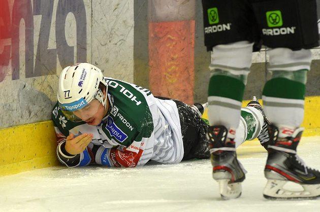 Otřesený karlovarský hokejista Tomáš Vildumetz.