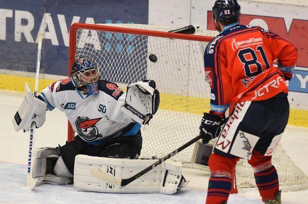 Petr Kolouch z Vítkovic a brankář Chomutova Ján Laco, který dostává první gól.