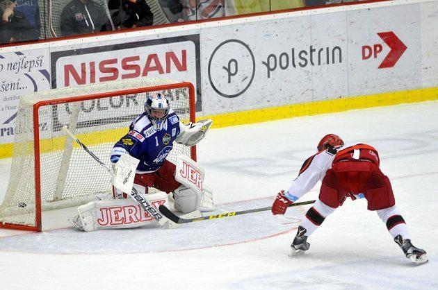 Brněnský brankář Marek Čiliak inkasuje gól z hole královéhradeckého útočníka Rudolfa Červeného (vpravo).