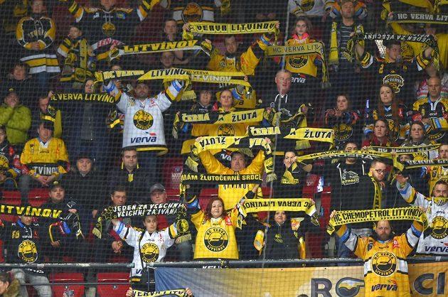 Litvínovští fanoušci se radují z gólu v Karlových Varech.