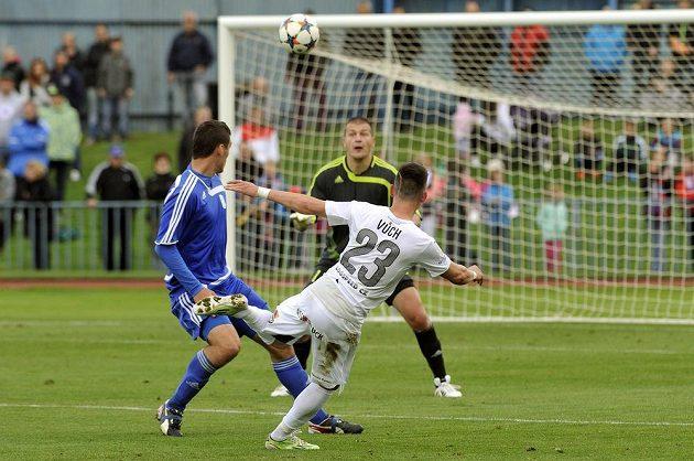 Plzeňský Egon Vůch (vpravo) střílí v 38. minutě zápasu gól tachovskému brankáři Danu Houdkovi.
