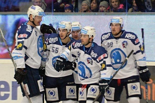 Hokejisté Plzně se radují z gólu proti Litvínovu. Jeho autorem byl Mário Bližňák (druhý zleva).